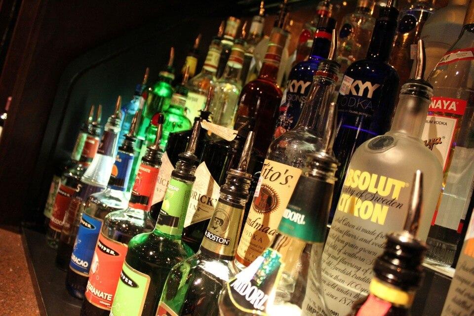 盛り上がる飲み会の場
