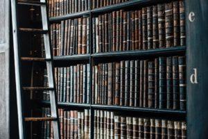 本棚に置かれた大量の書籍