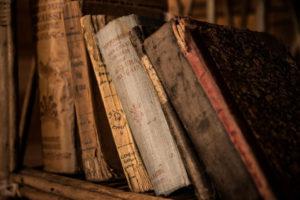 本棚に置かれた古い本